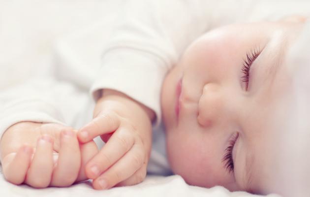 Почему ребенок вздрагивает во сне