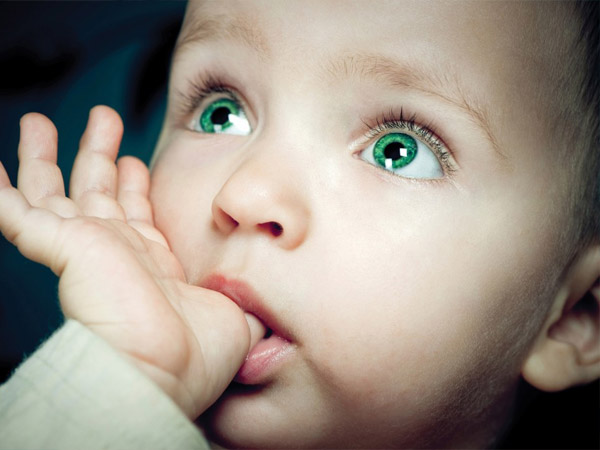 Малыш сосет большой палец - причины, последствия